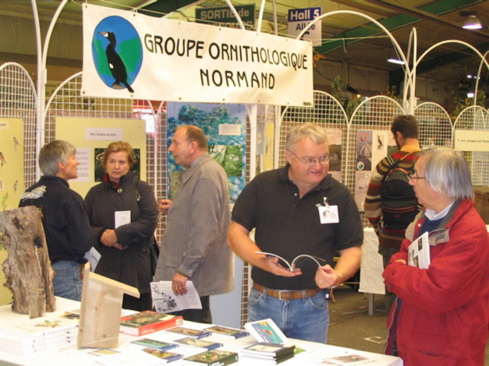 Sur le stand du GONm à Rouen, Jacques Vassault au centre. (photo J Co extraite des Archives du site du GONm)